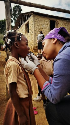 Issabelle gives fluoride treatment to kids in Kawo